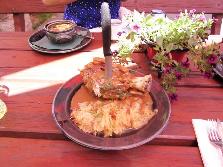 肉の塊のドイツ料理