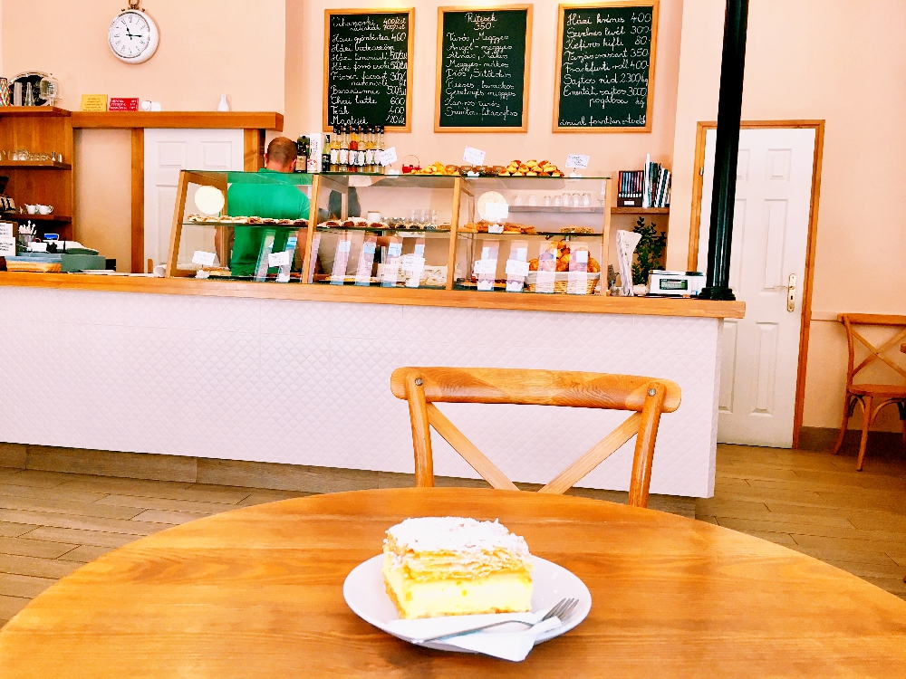 カフェ「Rétesbolt」にて