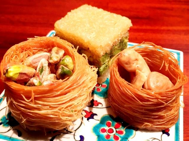 シリアの洋菓子店。ピスタチオが鳥の巣に入ったみたい