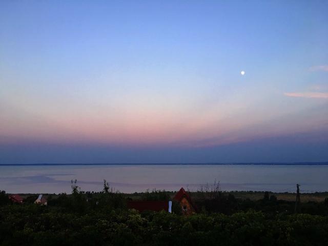 夕暮れ時のバラトン湖