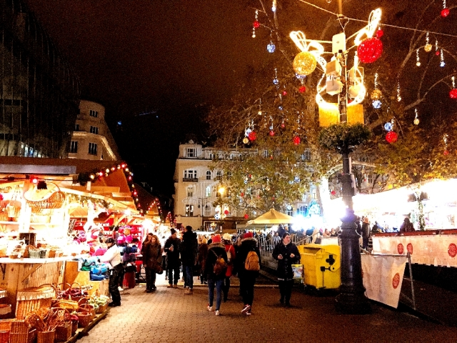 ヴェレシュマルティ広場のクリスマスマーケット